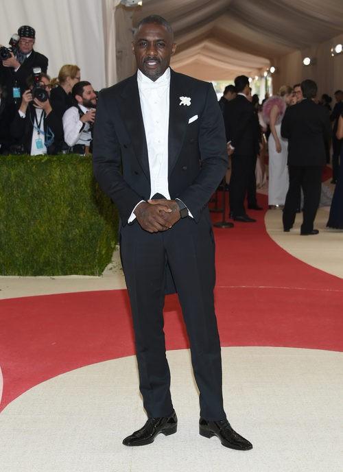 Idris Elba en la alfombra roja de la Gala Met 2016