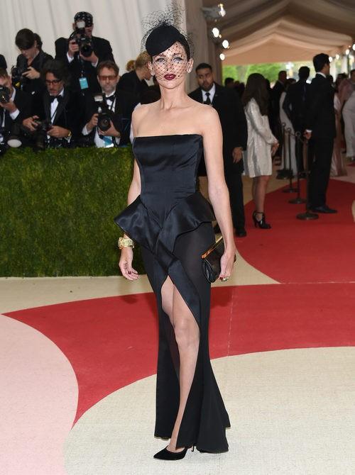 Liberty Ross en la alfombra roja de la Gala Met 2016