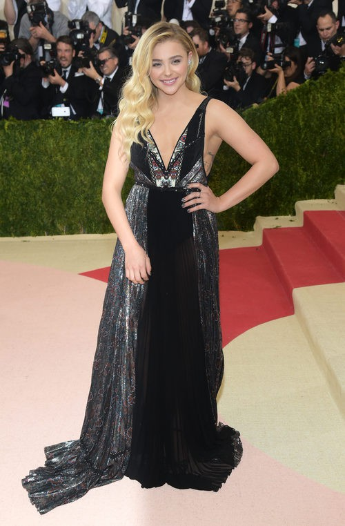 Chloe Grace Moretz en la alfombra roja de  la Gala Met 2016