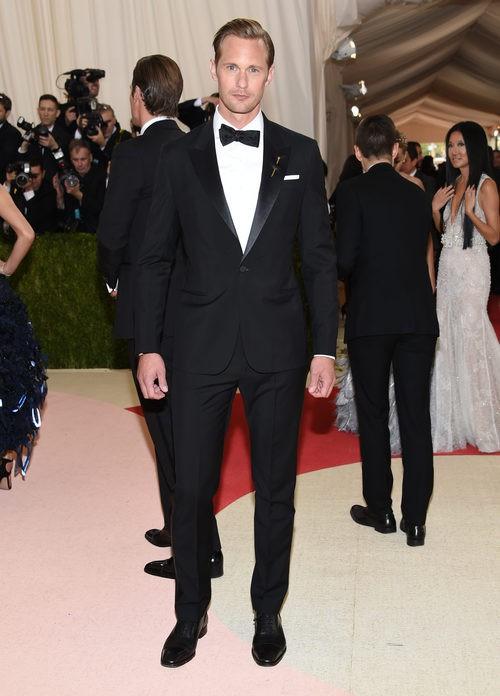 Alexander Skarsgård en la alfombra roja de la Gala Met 2016