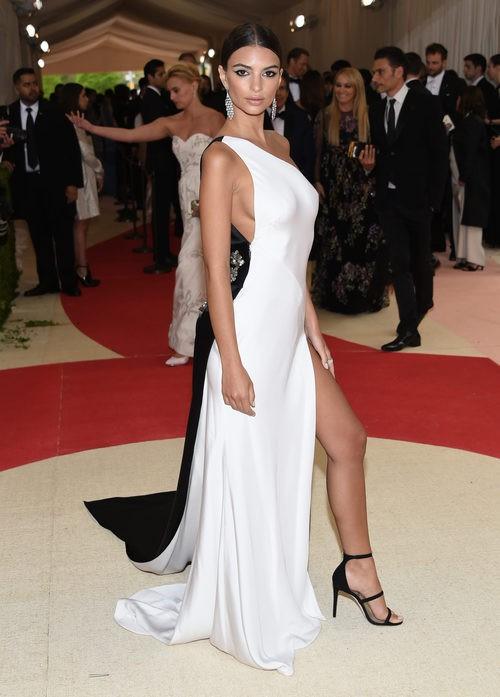 Emily Ratajkowski en la alfombra roja de la Gala Met 2016