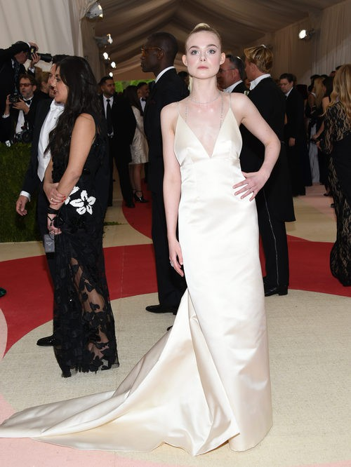 Elle Fanning en la alfombra roja de la Gala Met 2016