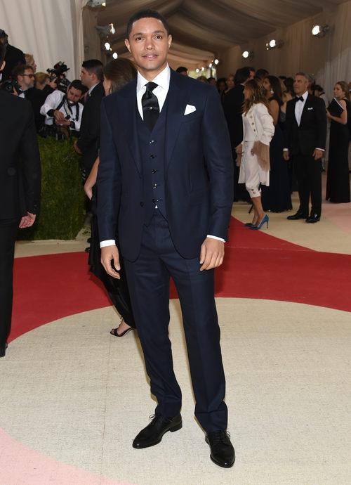 Trevor Noah en la alfombra roja de la Gala Met 2016