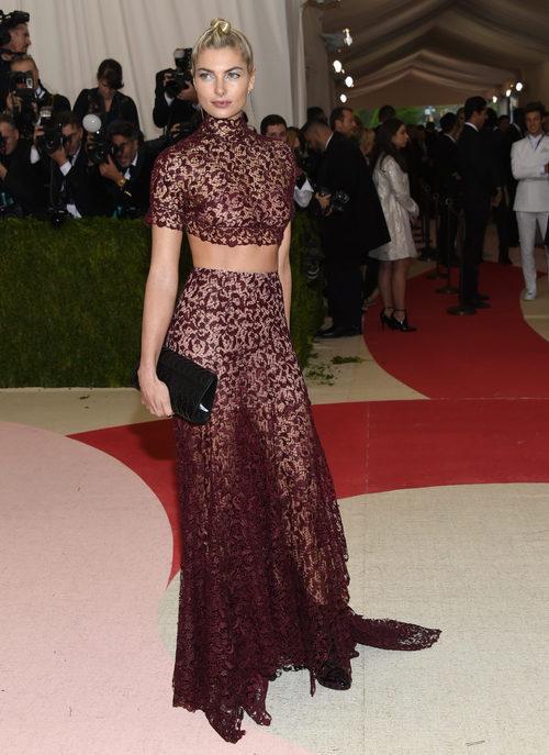 Jessica Hart en la alfombra roja de la Gala Met 2016