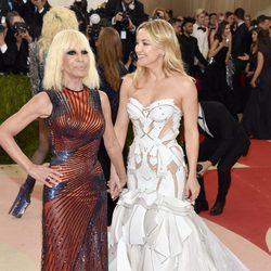 Donatella Versace y Kate Hudson en la alfombra roja de  la Gala Met 2016