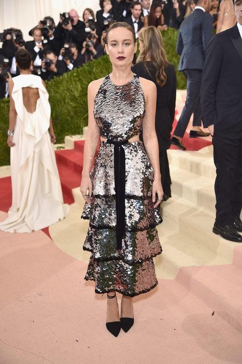 Brie Larson en la alfombra roja de la Gala Met 2016
