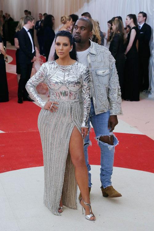 Kim Kardashian y Kanye West en la alfombra roja de la Gala Met 2016