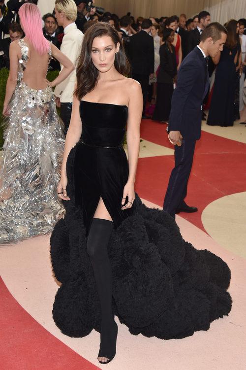 Bella Hadid en la alfombra roja de la Gala Met 2016