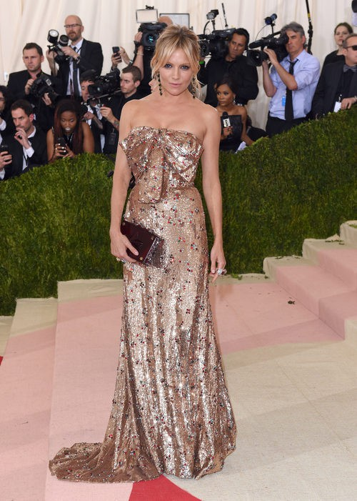 Sienna Miller en la alfombra roja de la Gala Met 2016