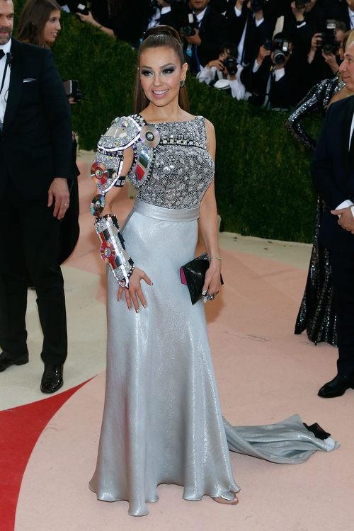 Thalía en la alfombra roja de la Gala Met 2016