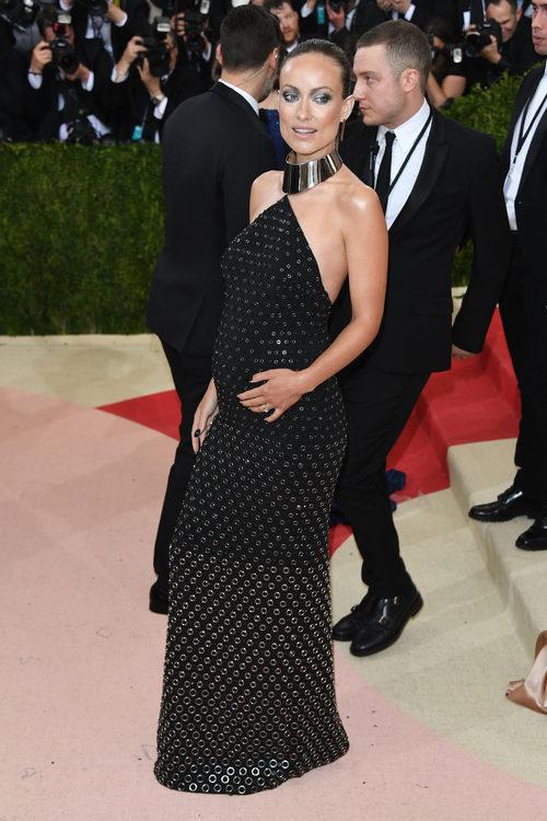 Olivia Wilde luciendo embarazo en la Gala del MET 2016 con un vestido de Michael Kors