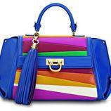 Bolso azul con colores de la colección de Sara Batagglia para Salvatore Ferragamo
