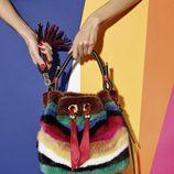 Pieza promocional bolso de peluche de la colección de Sara Batagglia para Salvatore Ferragamo