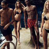 Modelos posando con los nuevos diseños de H&M para este verano