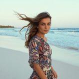 Andreaa Diaconu con un vestido estampado tropical para la nueva colección de H&M