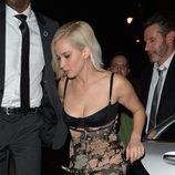 Jennifer Lawrence con un vestido lencero con falda floreada en Londres