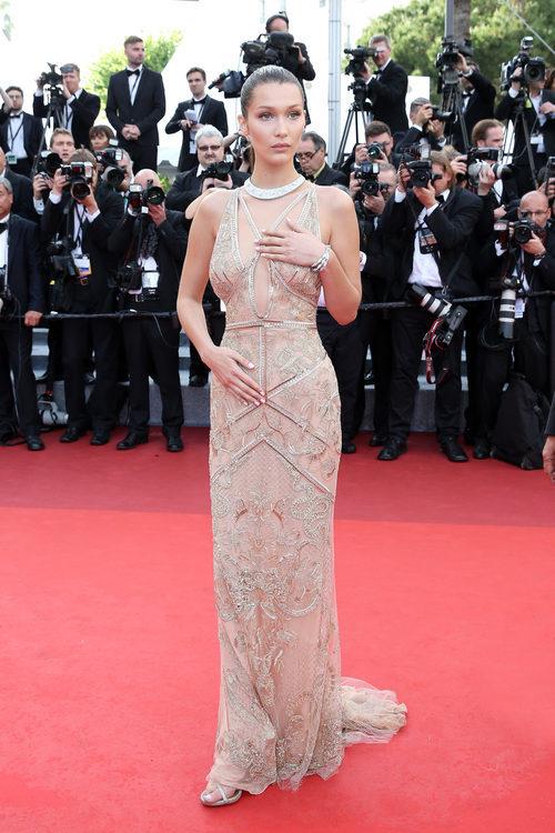 Bella Hadid posando en la alfombra roja del Festival de Cannes 2016