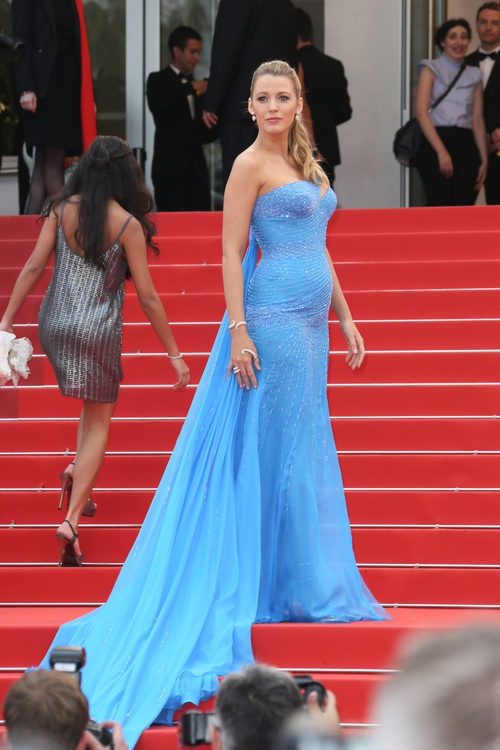 Blake Lively luce embarazo con un vestido de Atelier Versace azul con larguísima cola en Cannes 2016