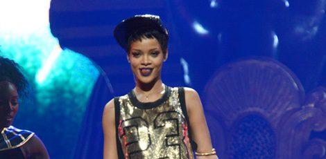 Rihanna con una camiseta vestido dorada en el iHeartRadio Music Festival 2012