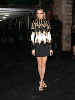 Josephine Skriver con vestido Balmain de la fiesta de la gala del MET