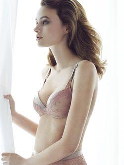 Modelo lencería posando para la nueva colección Shanghai de Andrés Sardá