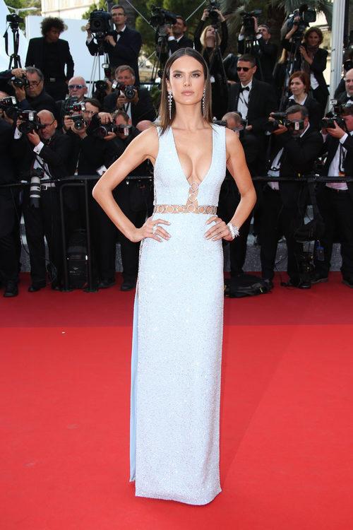 Alessandra Ambrosio con un Michael Kors en la alfombra roja del Festival de Cannes 2016
