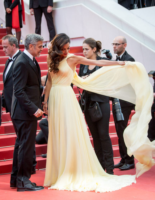 Amal Clooney con vestido amarillo de Versace en la premier de Monster money en Cannes 2016
