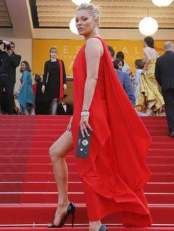 Kate Moss en vestido rojo de Halston Heritage en la premier de 'Loving' en Cannes 2016