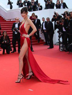 Bella Hadid en vestido rojo de Alexandre Vauthier en la premier de 'The unknown girl' en cannes 2016