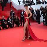 Bella Hadid en vestido rojo de Alexandre Vauthier en la premier de 'The unknown girl' en cannes 2016