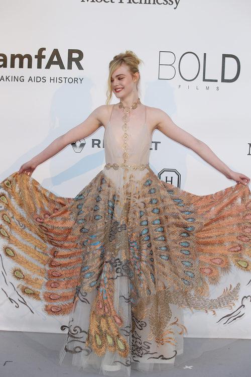 Elle Fanning en la gala benéfica amFar en Cannes 2016