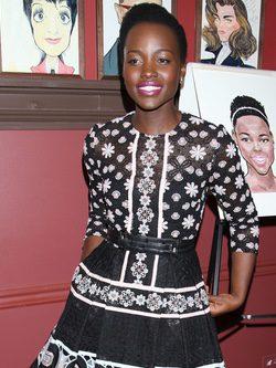 Lupita Nyong' o en la presentación de su retrato en el teatro Sardi
