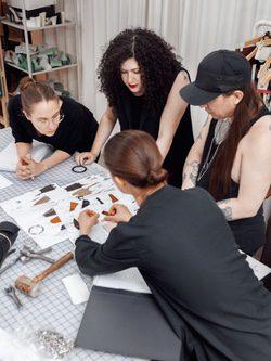 Eqipo de trabajo de & Other Stories y Zana Bayne preparando su nueva colección juntos