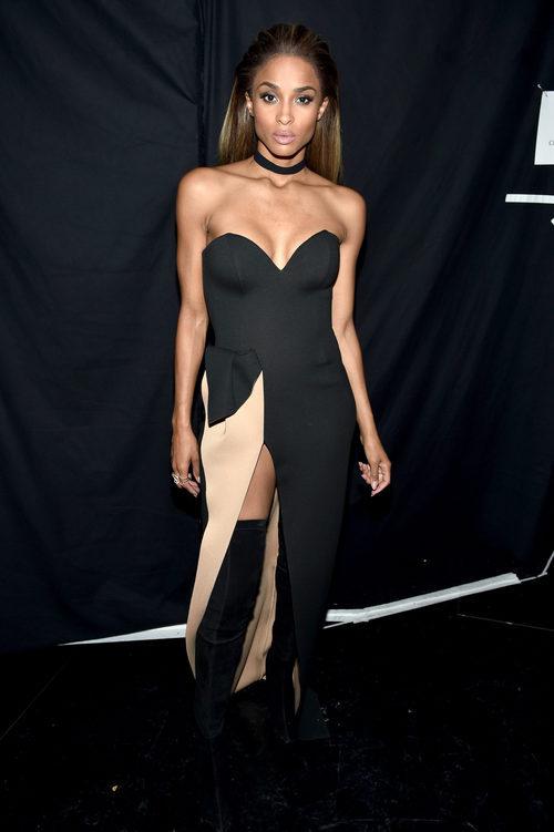 Ciara con un vestido en negro y marfil en los Billboard Awards 2016