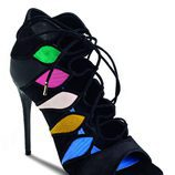 Tacones negros con colores de cordón cruzados de la colección otoño 2016 de Salvatore ferragamo