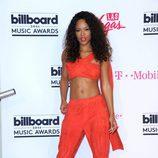 Serayah con un conjunto coral en los Billboard 2016
