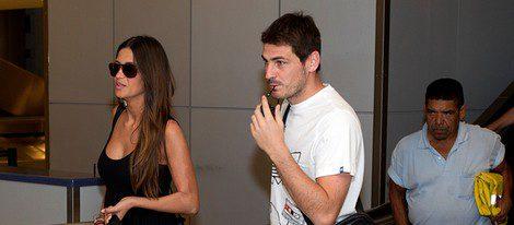 Iker Casillas y Sara carbonero con outfit veraniego en el aeropuerto de Houston