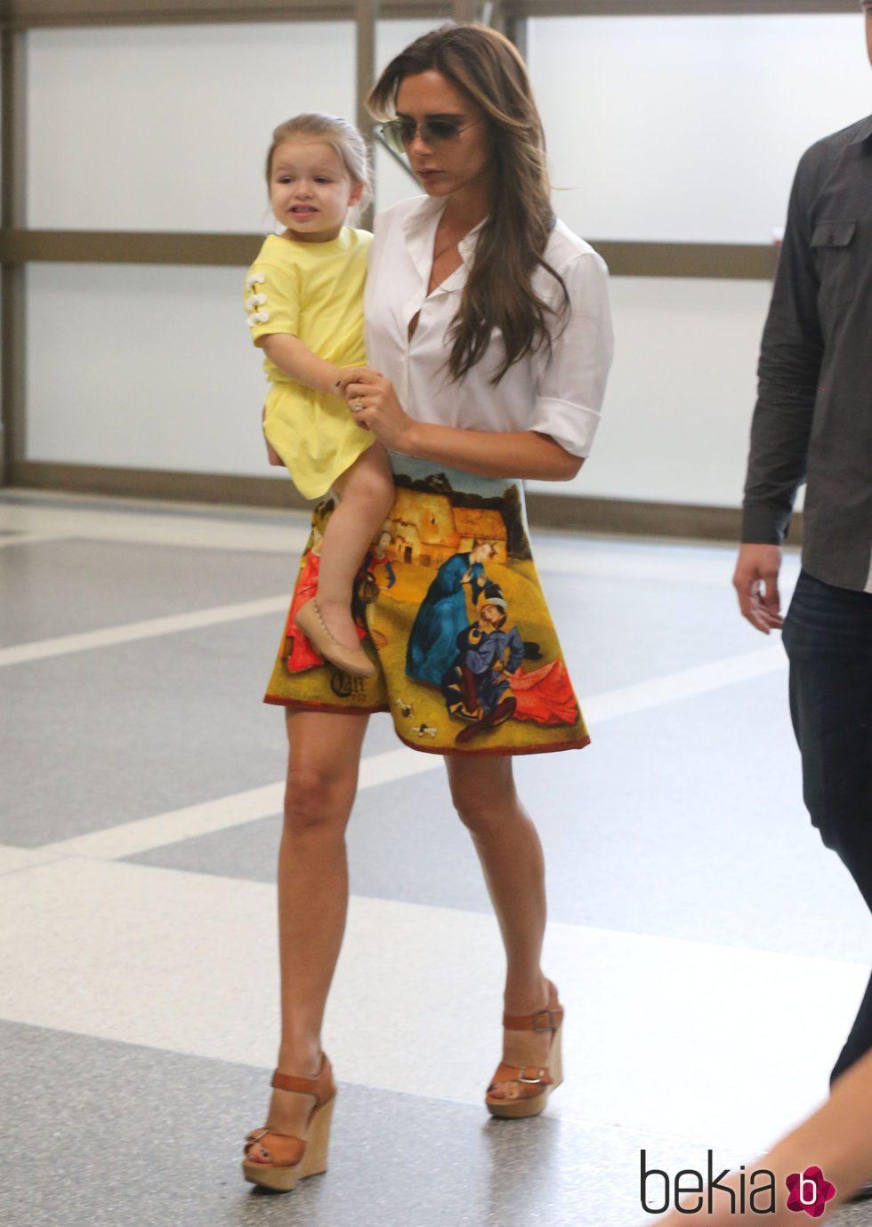 Vcitoria Beckham y su hija Harper Seven en el aeropuerto de Los Ángeles