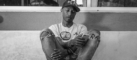 Pharrell Williams posando para la colección Adiddas Originals