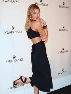Karlie Kloss posando en el evento que la anuncia como nueva embajadora de swarovski