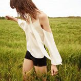 Blusa off shoulder de seda de la colección Festivals de Bershka