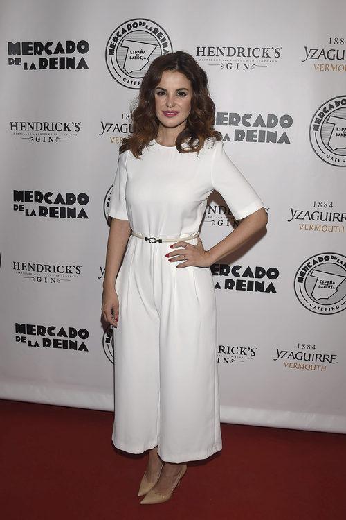 Marta Torné con un jumpsuit blanco en la presentación de 'España en bandeja'