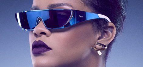 Look de Rihanna con gafas azules metalizadas de la Colección de gafas de sol 'Rihanna' de Rihanna para Dior