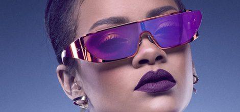 Look de Rihanna con gafas moradas de la Colección de gafas de sol 'Rihanna' de Rihanna para Dior
