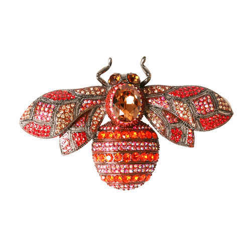 Broche de pedrería en forma de libélula de la colección de verano 2016 de Lola Casademunt