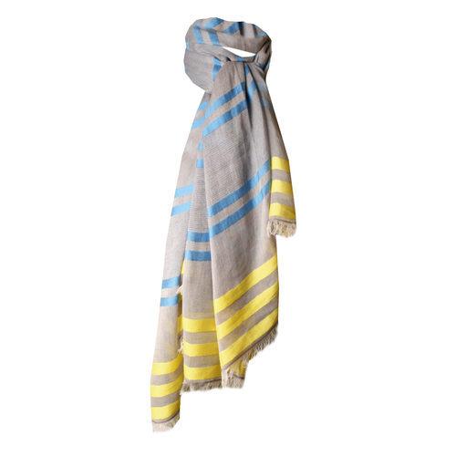 Pañuelo gris con líneas azules y amarillas de la colección de verano 2016 de Lola Casademunt