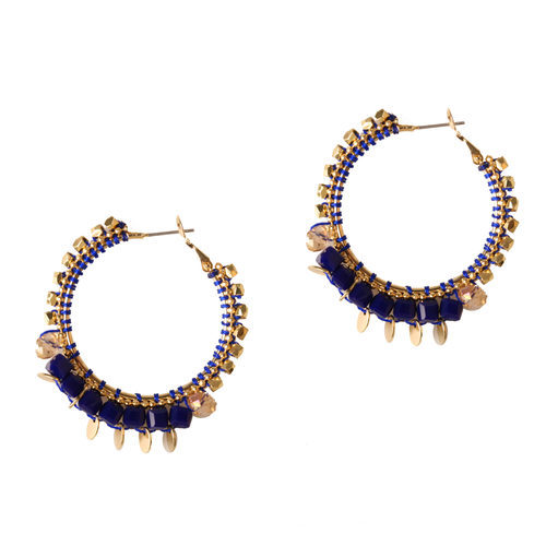 Pendientes dorados con pedrería azul klein de la colección de verano 2016 de Lola Casademunt