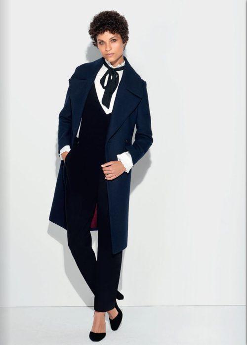 Mono negro y camisa con volantes en cuello y mangas y abrigo azul klein de la colección otoño/invierno 2016/2017 de Etam