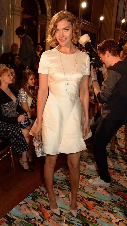 Arizona Muse en el Front Row del desfile Crucero 2017 de Dior