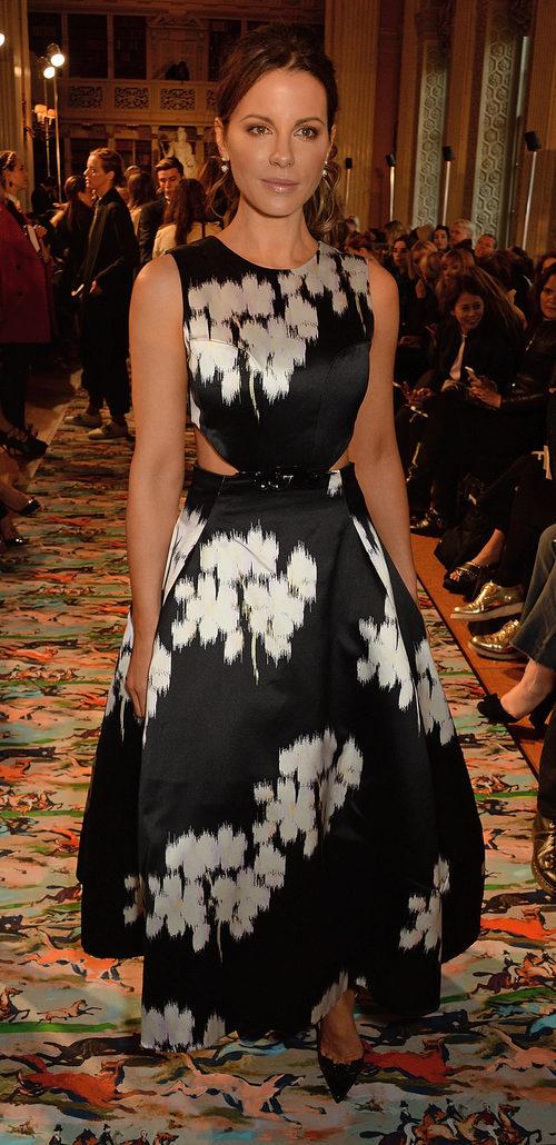 Kate Beckinsale en el Front Row del desfile Crucero 2017 de Dior
